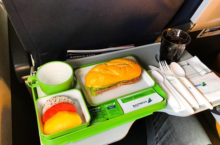 Chặng dài hơn chút như Quy Nhơn – Hà Nội: bánh mì kẹp, trái cây tráng miệng và thức uống.